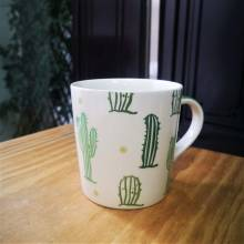 taza verde de cactús